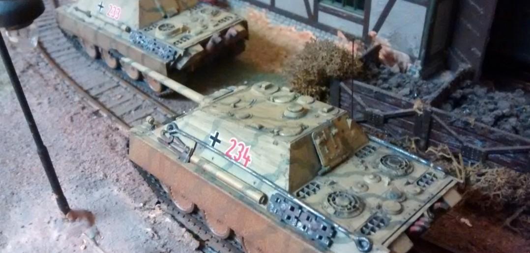 Die beiden Jagdpanther aus anderer Perspektive vor dem Lokschuppen.