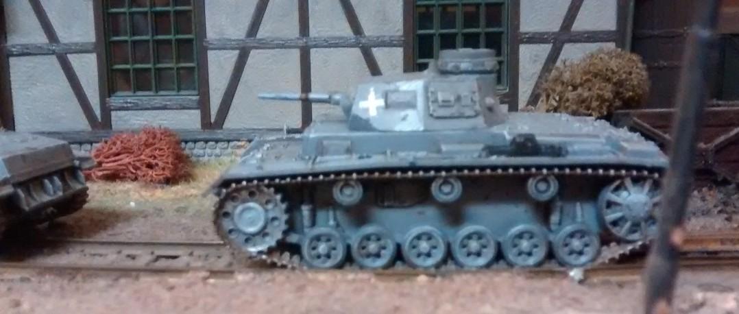Panzer III vor Lokschuppen.