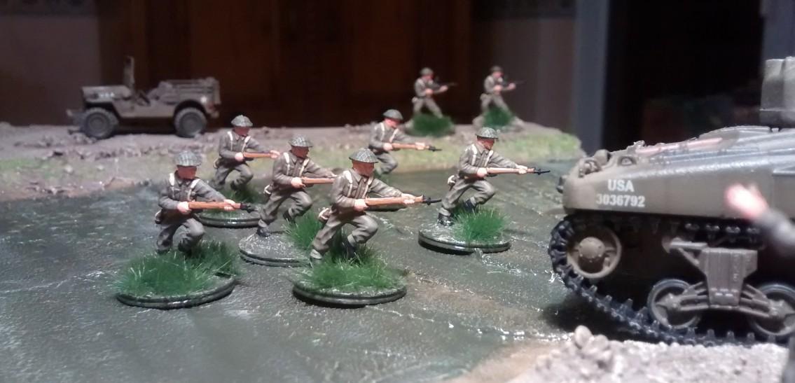 Im Hintergrund sichern die beiden MG-Schützen das Vorgehen der eigenen Truppe.