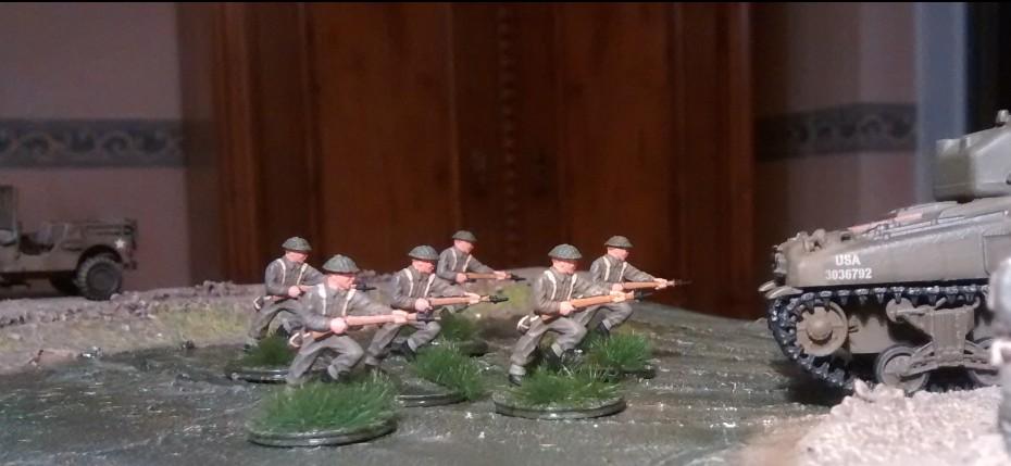Dem vorausfahrenden Sherman-Panzer folgt man gerne, bietet er doch beim Vorgehen Deckung gegen Feindfeuer.