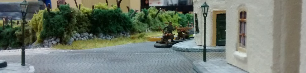 Aus dem Bocage-reichen Hinterland kommend, gehen Trupps des deutschen Spielers am Stadtrand in Stellung.