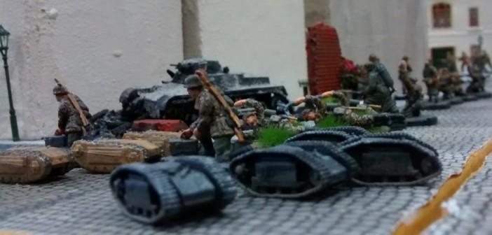 """Die Goliaths heißen bei Plasti und Sturmi liebevoll """"Kampf-Käfer"""". An der Stadtgrenze hat die Pionierkompanie des Grenadier-Regiments 736 ihren Vorrat an Kampf-Käfern abgeladen und nimmt diese mit in die Stadt. Die """"S""""-Stärke der Goliaths wird in Gelnhausen mit """"4+4"""" und einem Detonations-Radius von 10cm gespielt."""