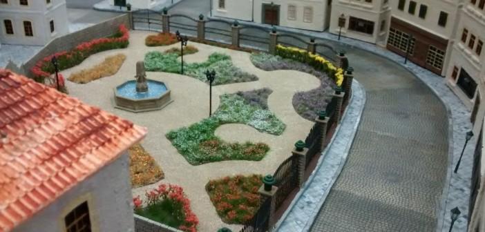 Eh voilá! Der Rosengarten. Mitten in der Altstadt gelegen, gibt er eine besondere Spielsituation vor. Hier können beide Spieler ein großes Areal eines fast deckungslosen Geländes inmitten der Innenstadt von Saint-Aubin-Sur-Mer betreten. Zwischen der Mauer an der Rückseite des Rosengarten und den angrenzenden Häusern findet sich eine passierbare Lücke, die einen schwer einsehbaren Vormarsch-Pfad bietet.