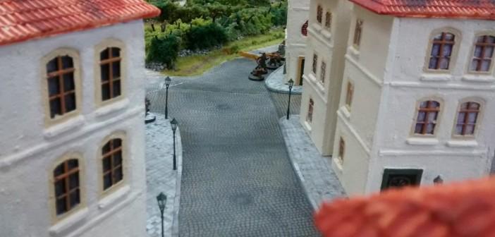 Aus dieser Perspektive erkennt man etwas besser die Dimensionen der Bebauung. Nebenbei: die etwa 90 Häuser in Saint-Aubin-Sur-Mer wurden dreigeschossig ausgelegt. Die Häuser der Altstadt besitzen oft noch ein ausgeprägtes Dachgeschoss, so dass die Vorstadt nicht nur großzügiger sondern auch weniger hoch bebaut wirkt.