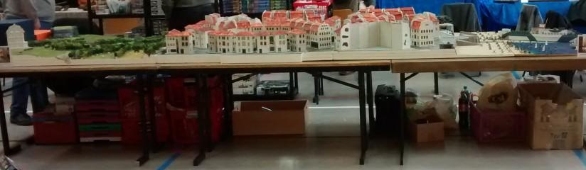 """Wie man der Seitenansicht entnehmen kann, nimmt der städtische Part flächenmäßig den größten Anteil am Gesamtraum der Dioramenplatte. Ganz links sichtbar: das Schloss """"Le Chateau Tailleville"""" und halb rechts dahinter der Regelbau 272 der Marineküstenbatterie."""