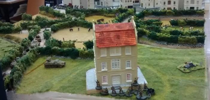 """Das Schloss """"Le Chateau Tailleville"""". Auch hier geht ein Trupp des Spieler der deutschen Seite in Stellung. Der im Schlamm versunkene Panzer I ganz rechts ist mehr als Dekoration anzusehen."""