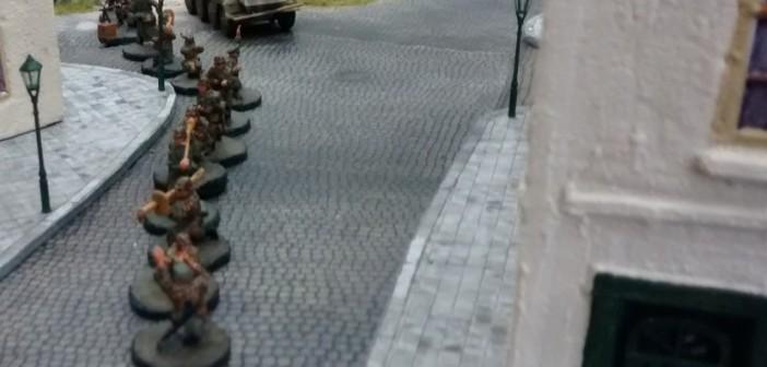 Hier der 10er-Trupp im Detail. Weitere Fahrzeuge wir ein Panzerspähwagen Sd.Kfz. 234 und ein Sd.Kfz.251 mit angehängtem leichten Infanteriegseschütz 18 folgen dem Trupp.