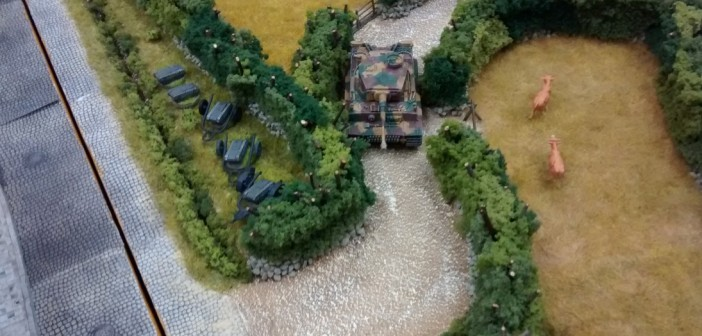 Die Wege durch die Bocage sind eng und verschlungen. Der Tiger-Panzer schafft es mit Mühe. Links im Bild weitere Reserven an Goliath-Kampfmitteln des Spielers der deutschen Seite.