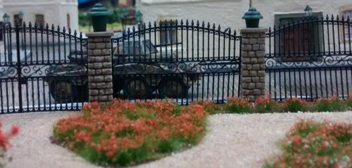 """Fast idyllisch wirkt der Blick aus dem Rosengarten - wäre da nicht im Hintergrund das Sd.Kfz. 234 zu sehen. Nicht im Bild: die Elemente der """"Falle"""", welche im Rosengarten untergebracht sind. Die """"Falle"""" wurde als Element dieses Szenarios speziell für die """"Szenario 2016"""" in Bad Kreuznach entworfen und designt."""
