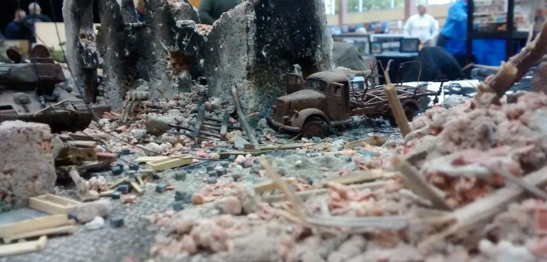Ein Diorama, in dessen Trümmern ein Lkw und ein T-34/85 ihr Ende fanden.