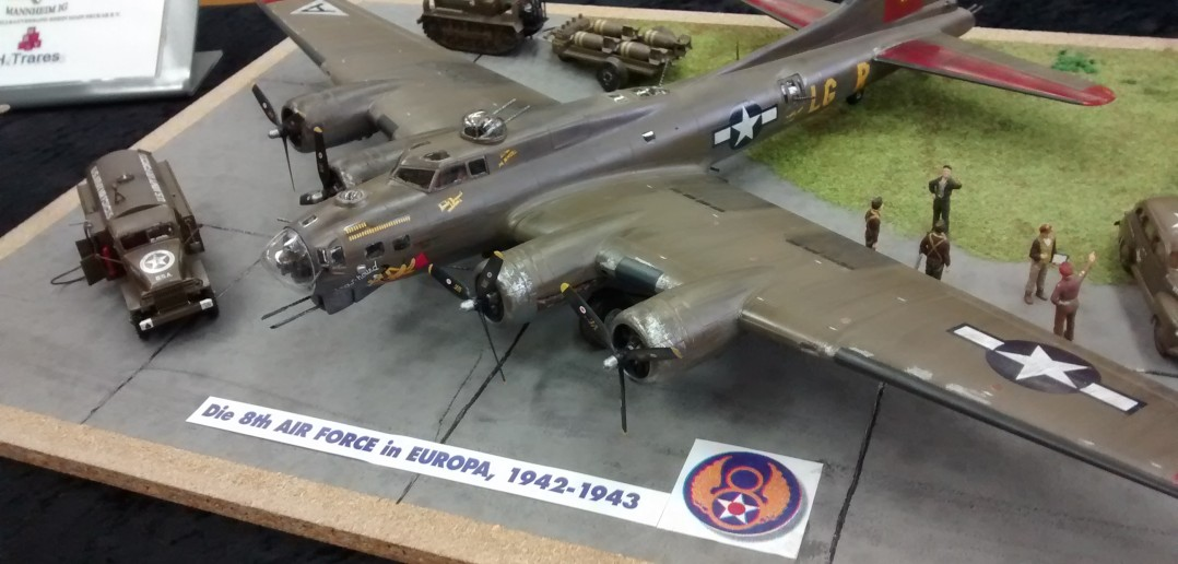 """Boeing B-17 Flying-Fortress """"Chow-Hound"""" auf Flugplatz-Diorama"""
