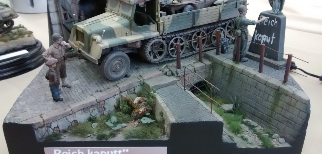 "Halbkette im Diorama ""War is over"""