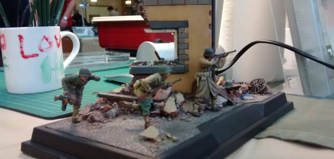 Diorama Trupp US-Soldaten an einer Hausecke irgendwo in der Normandie