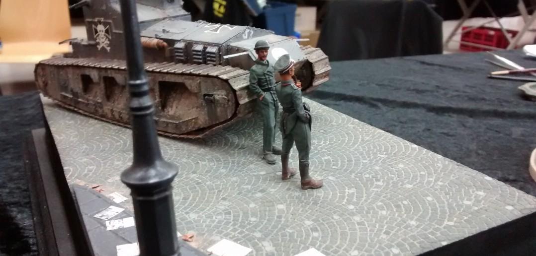 """Schickes Diorama mit britischem Kavallerie-Panzer Medium-Tank Mark-A """"Whippet"""" in deutschen Diensten. Ganz vorne ein recht stolzer Offizier."""