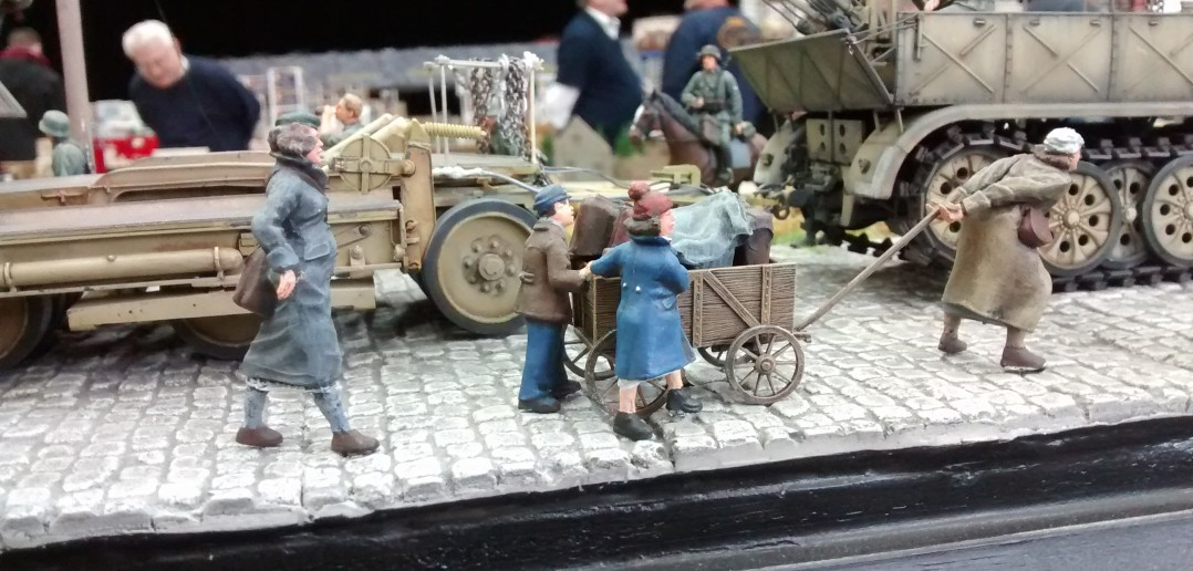 "Diorama ""Flüchtlingstreck passiert Wehrmachtstross"""