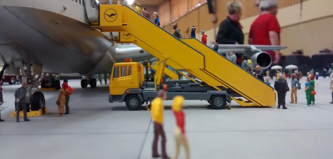 Gigantischer Dioramenbau: Riesiges Flughafen-Diorama unter Glaskuppel