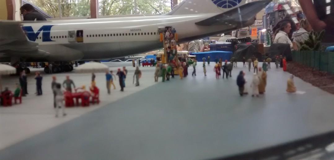 Dioramenbau: Flughafen-Diorama unter riesiger Glaskuppel