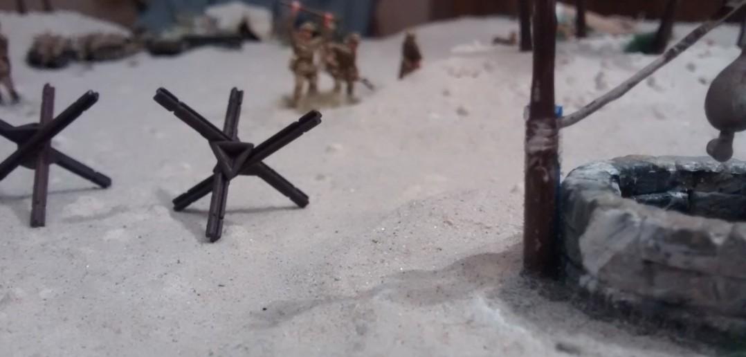 Große Sperren kann man hier nicht aufbauen. Die Panzersperren liegen hier mehr symbolisch herum.