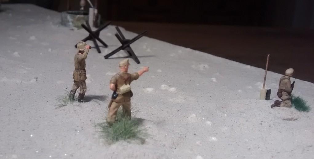 """""""Diese Richtung 15000 stehen die Tommies"""" sagt  Leutnant Ulf Schmitz von der Sicherungskompanie."""