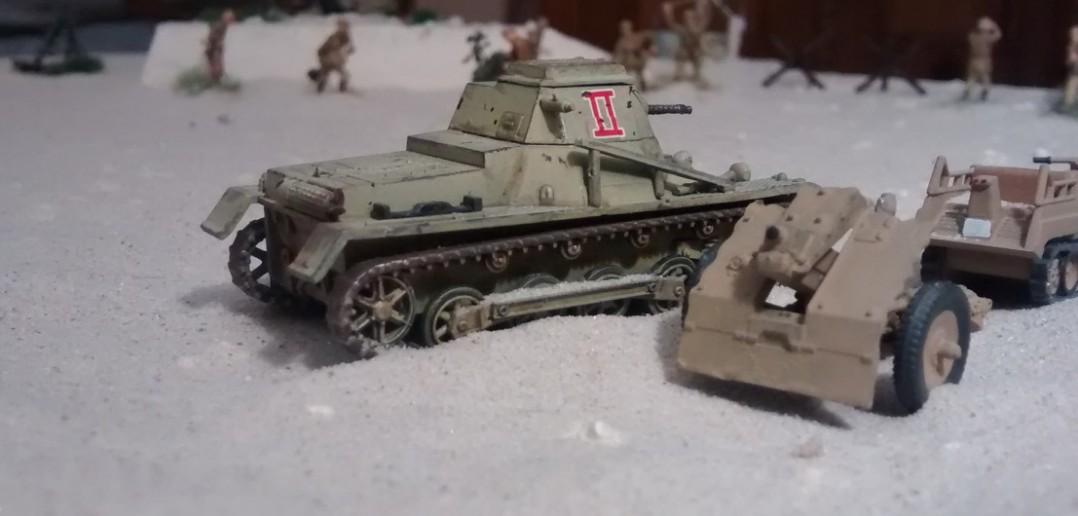 Der Befehlspanzer I steht am Rande des Flugfeldes. Ein leichtes 7,5cm-Infanteriegeschütz nebst zwei Kettenkrädern steht hier ebenfalls. Der kleine Feldflugplatz ist durchaus Verkehrsknoten an der Rollbahn.