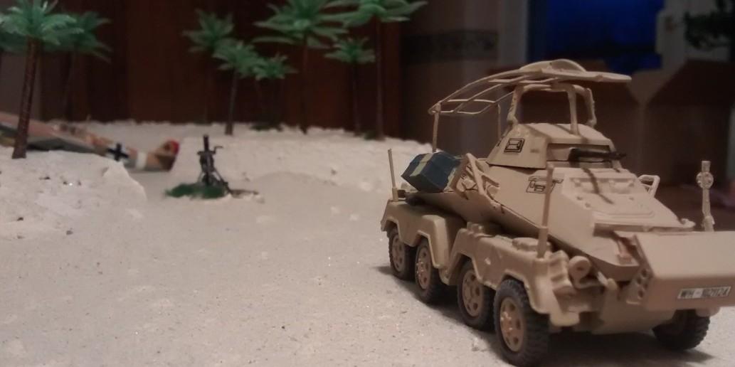 Der 8-Rad-Spähpanzer Sd. Kfz. 232 steht hinter der Düne.