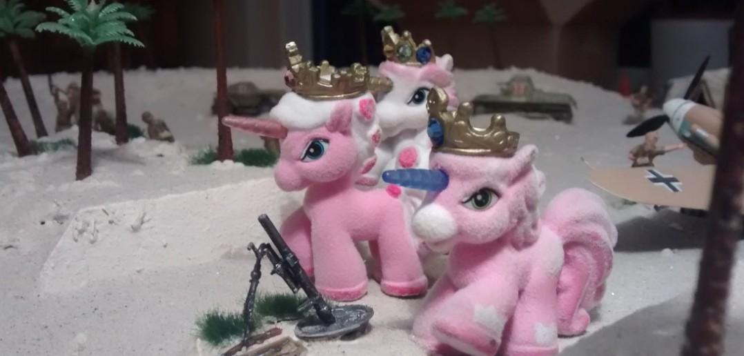 Besonders gerne eilen die drei Rosa Einhörner herbei, wenn es darum geht, die Bedienung für das Mörserlein zu stellen.