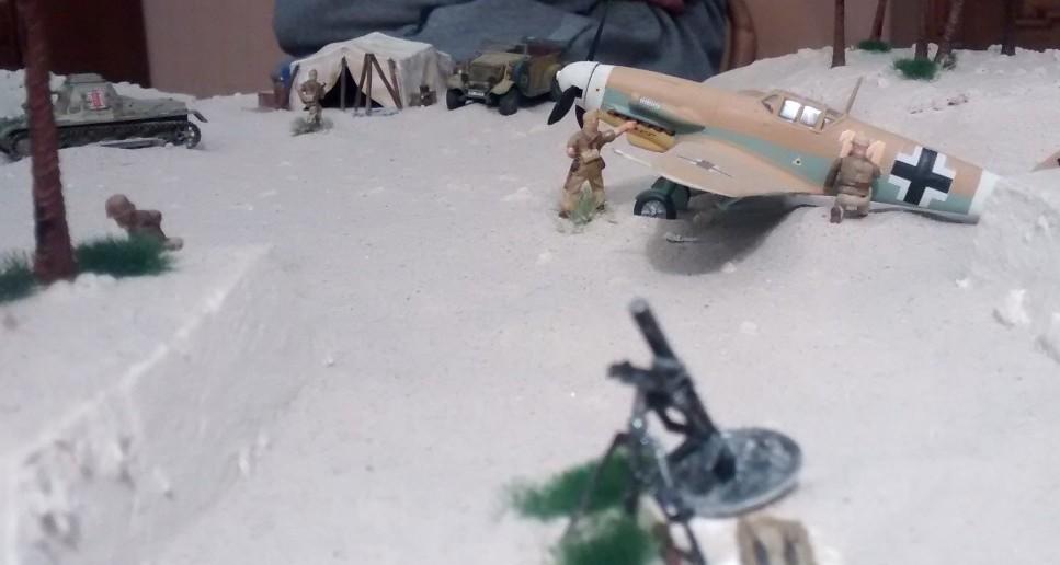 Seitlich des Flugfeldes ist schweres Gerät in Stellung gegangen. In diesem Fall ein kleines Mörserlein.