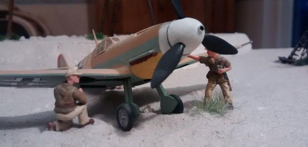 Die Jagdmaschine von Hans-Joachim Marseille wird wieder für einen neuen Einsatz bereit gemacht.