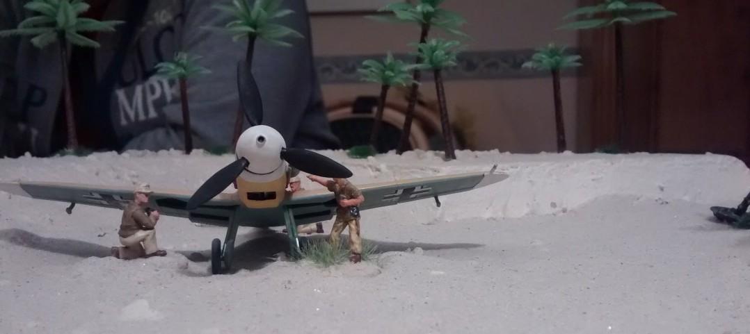 In ihrer Bucht wirkt die Jagdmaschine klein und verloren.