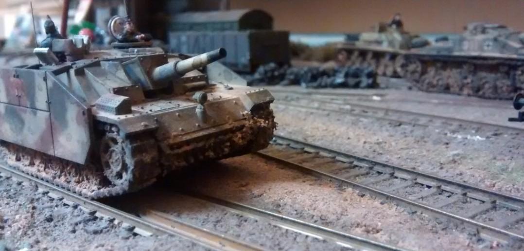 Die drei Sd.Kfz.142 der Sturmgeschützabteilung setzen vor.