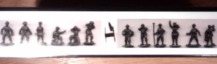 An der Seite der Box werden die 12 Geschützbediener in  ihren Posen aufgeführt. Interessant: das Tragegestell, mit dem zwei Mann der Geschützbedienung eine Granate transportierten.