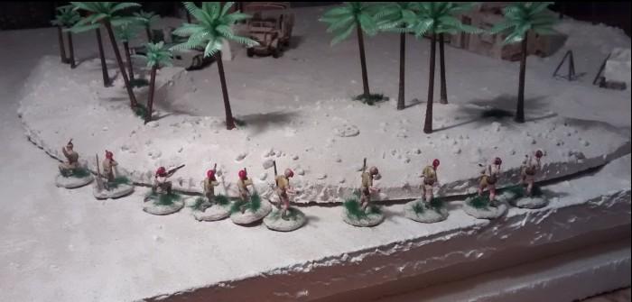 Sturmis Italiener stellen sich am Spielfeldrand hinter der mit Palmen bewachsenen Düne auf.
