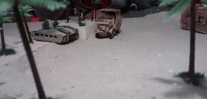 Neben dem abgeschossenen Matilda steht der Lkw an der Mauer.
