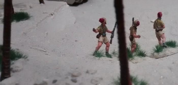 """Sturmi ist am Zug. Drei Italiener überwinden die Sanddüne und greifen die """"Truppenansammlung"""" an."""