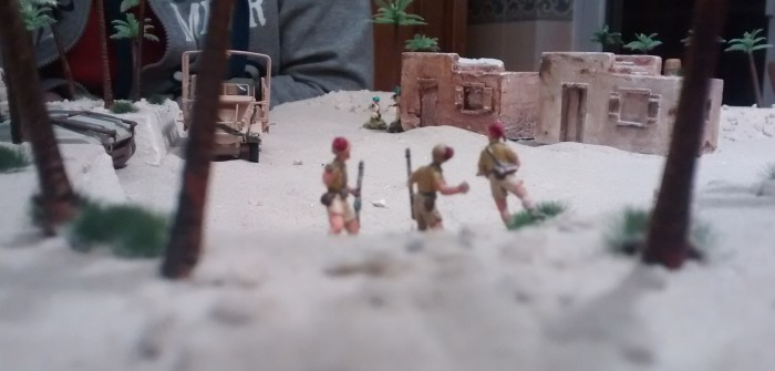 Die drei mutigen Schützen nehmen den Kampf auf und beharken die Inder am Haus. Ergebnis: nur ein Treffer kann platziert werden.