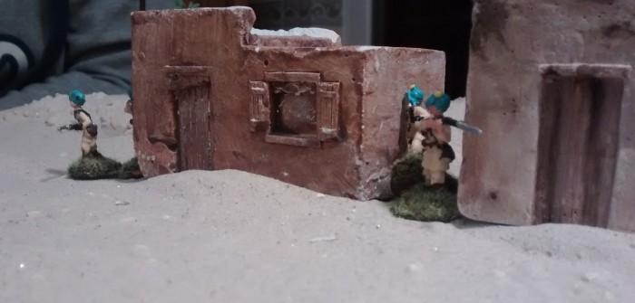 Auch zwischen den beiden Häusern kommen Schützen hervor.