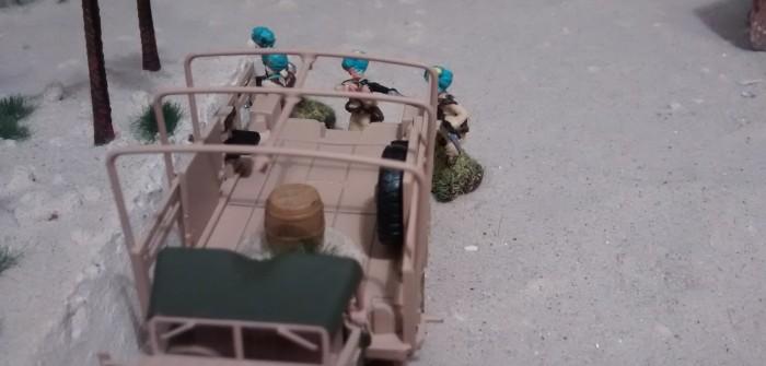 Einer der Schützen verbleibt in der Sichtdeckung des Bedford QL Truck