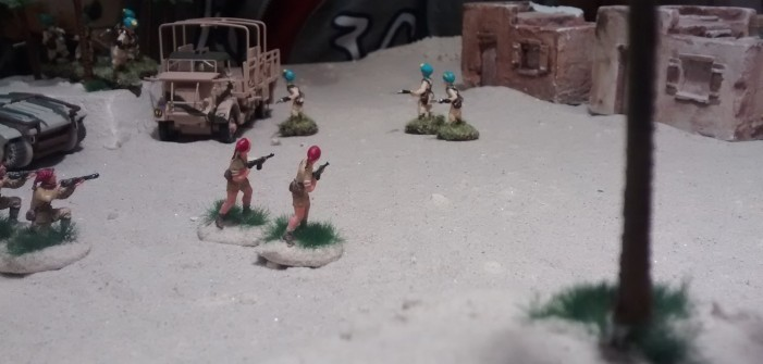 Plasti geht nun zum Gegenangriff über und zieht zwei Inder zwischen den Häusern vor auf die freie Fläche.