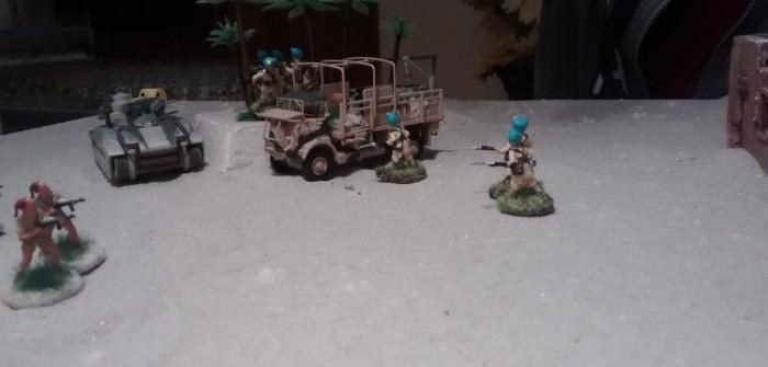 Der Trupp hinter dem Bedford QL Truck stellt sich ins Palmenwäldchen.