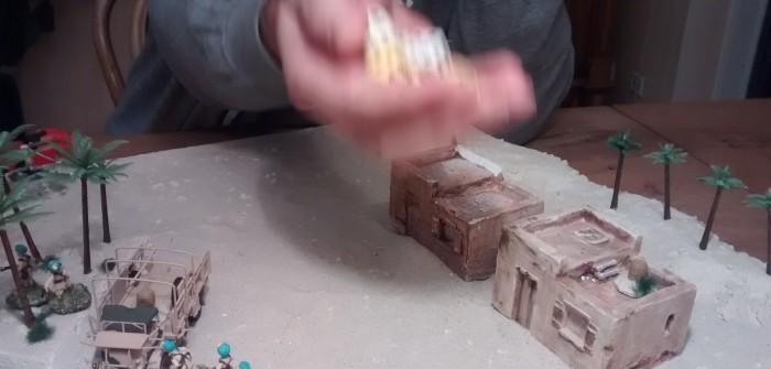 Plasti schwingt die Würfel in der Hand...
