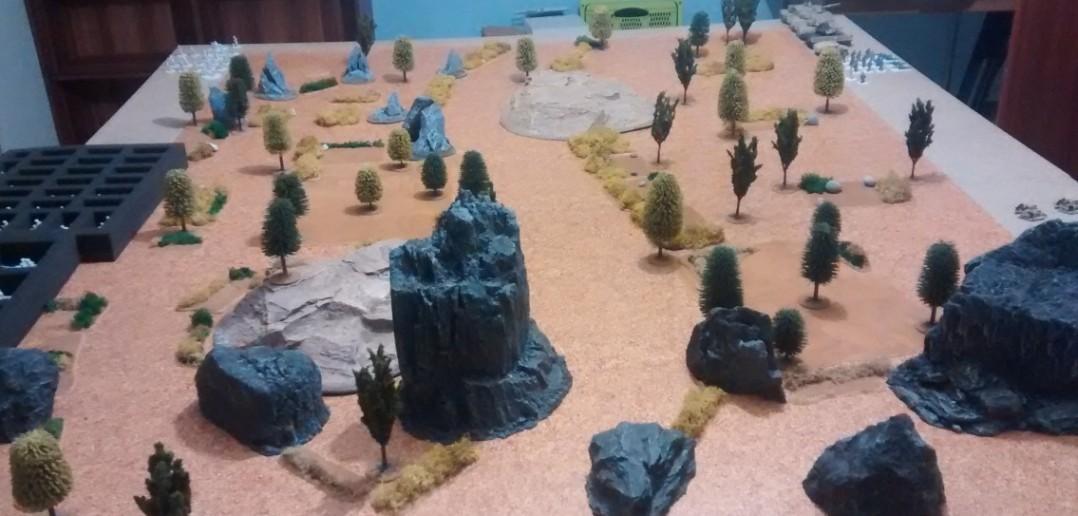Das Spielfeld. Afghanistan mit viel Wald, Buschwerk und Felsen.