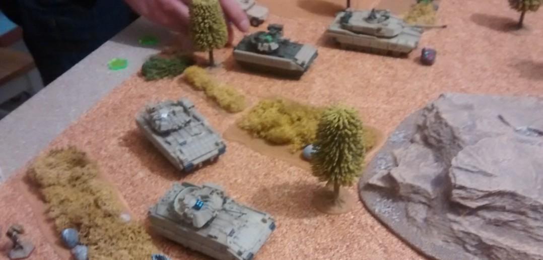 Der Spieler der Amis gibt Gas und rückt auf der zentralen Straße und auf einer Seite des Spielfelds im Gelände vor.
