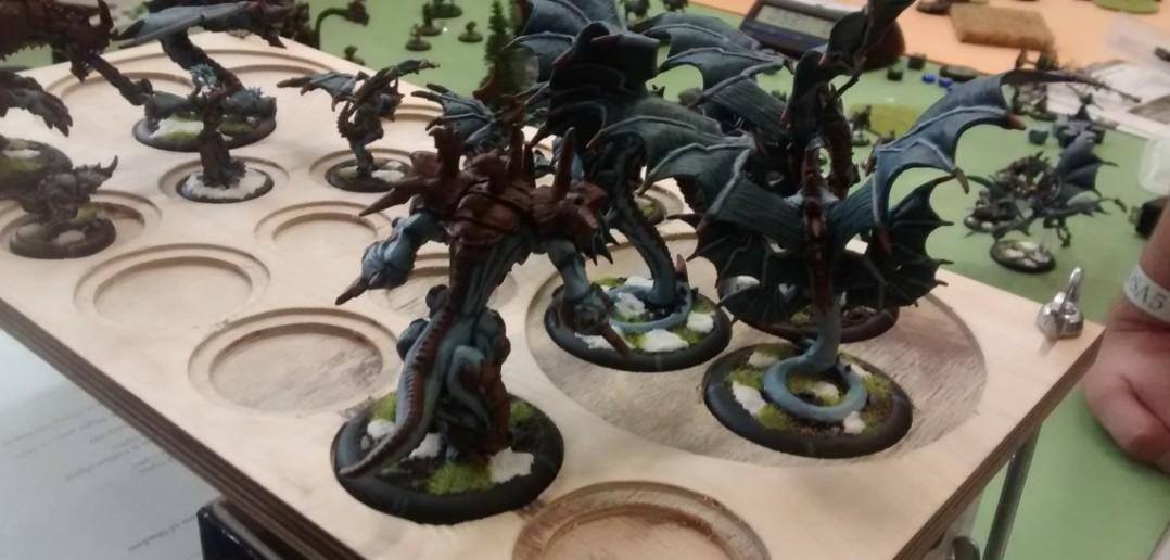 Praktisch gelegen auf der Ablage... die Drachen des Spielers.
