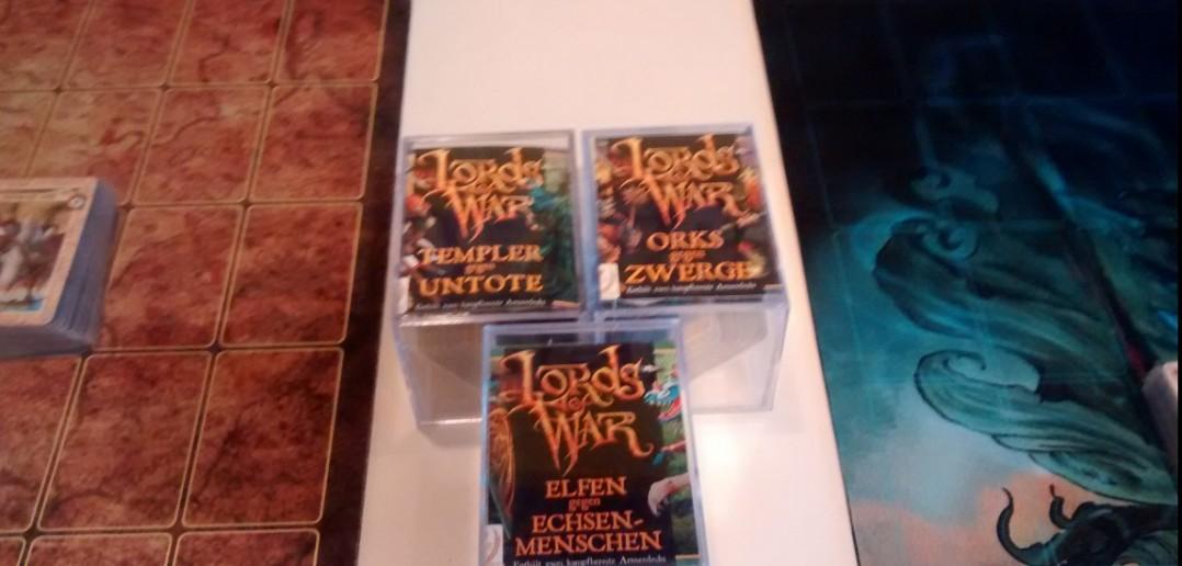 Drei Boxen Karten des Lords-of-War Trading-Card-Game.