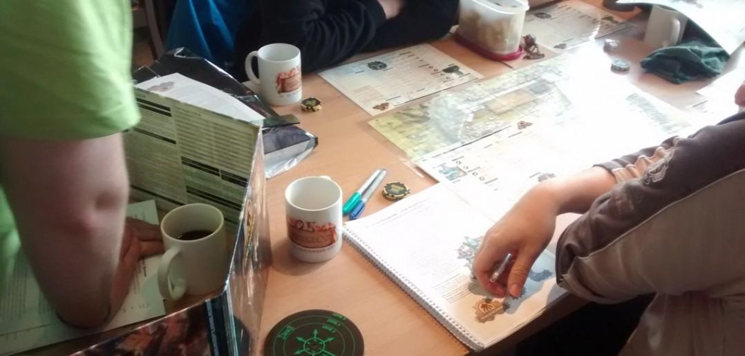 Im Demoraum von Ulisses sind ebenfalls alle Tische besetzt. Trainierte Spielleiter führen interessierte Neulinge in die vorgestellten Spiele ein.