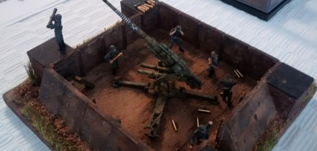 Die Flakstellung der Acht-Acht ist auch bemannt. Was mir besonders gut gefiel, das waren die Munitionskammern an den Ecken der Stellung. Alles höchst fein in Holzbohlen-Optik ausgeführt.