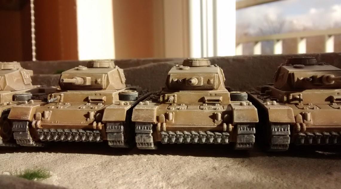 Die fünf Panzer III mit 37mm-KwK. Hier von Vorne fotografiert.