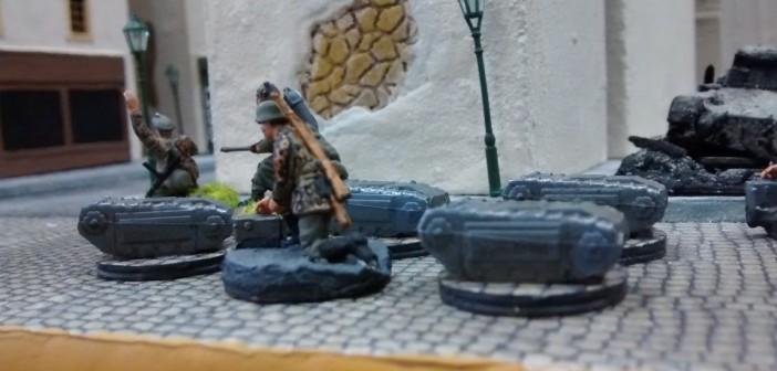 Der Offizier gibt den Pionieren den Einsatzbefehl. Gleich holpern die Goliaths um die Ecke in die Rue Bellengers. Auch der Flammenwerfer steht bereit.