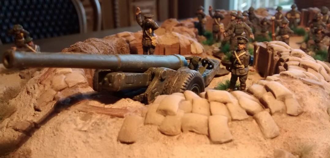 In der Geschützstellung sieht man der Strelets 6-Inch-Cannon ihre missliche Bausatzqualität nicht mehr an.
