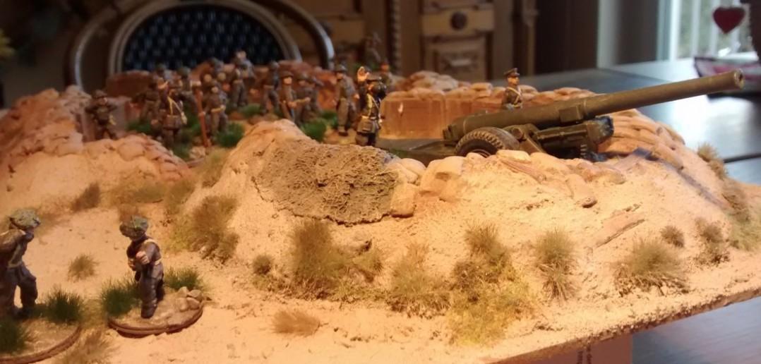 """""""Feuer !!!"""" Die Tommy-Wumme spricht ihre unmissverständliche Sprache. Die 6-Inch-Kanone jagd ihre 15-cm-Geschosse zum imaginären Feind"""